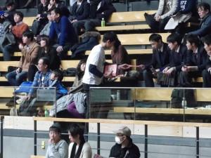 スタンドでJBPAマガジンを配布する藤高選手