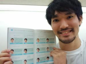松島選手は、自身も掲載されたマガジンを配布