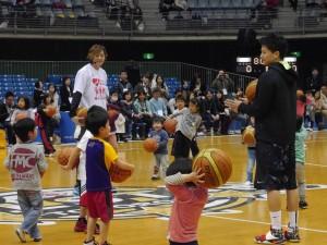 中村選手を中心に、ボールを使ったプログラムを実施しました
