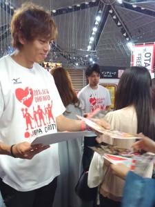 中村選手と長谷川選手はチラシを配布してチャリティ-イベントをPR