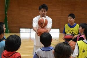 齋藤選手が見せるプロのボールハンドリングには、子どもたちから歓声が