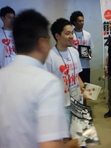 篠山選手はブースを飛び出してマガジンを配布。